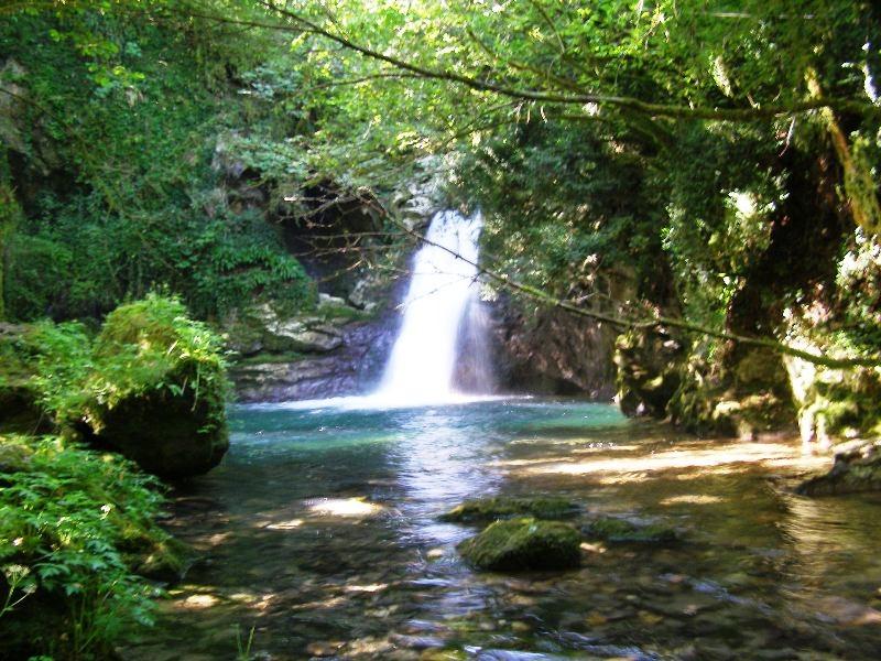 La cascata di Comunacque ed il Santuario della Santissima ...