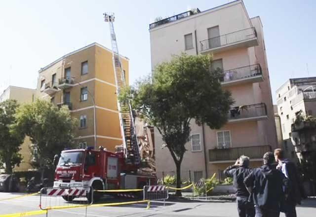 Crolla una palazzina a Roma, il video