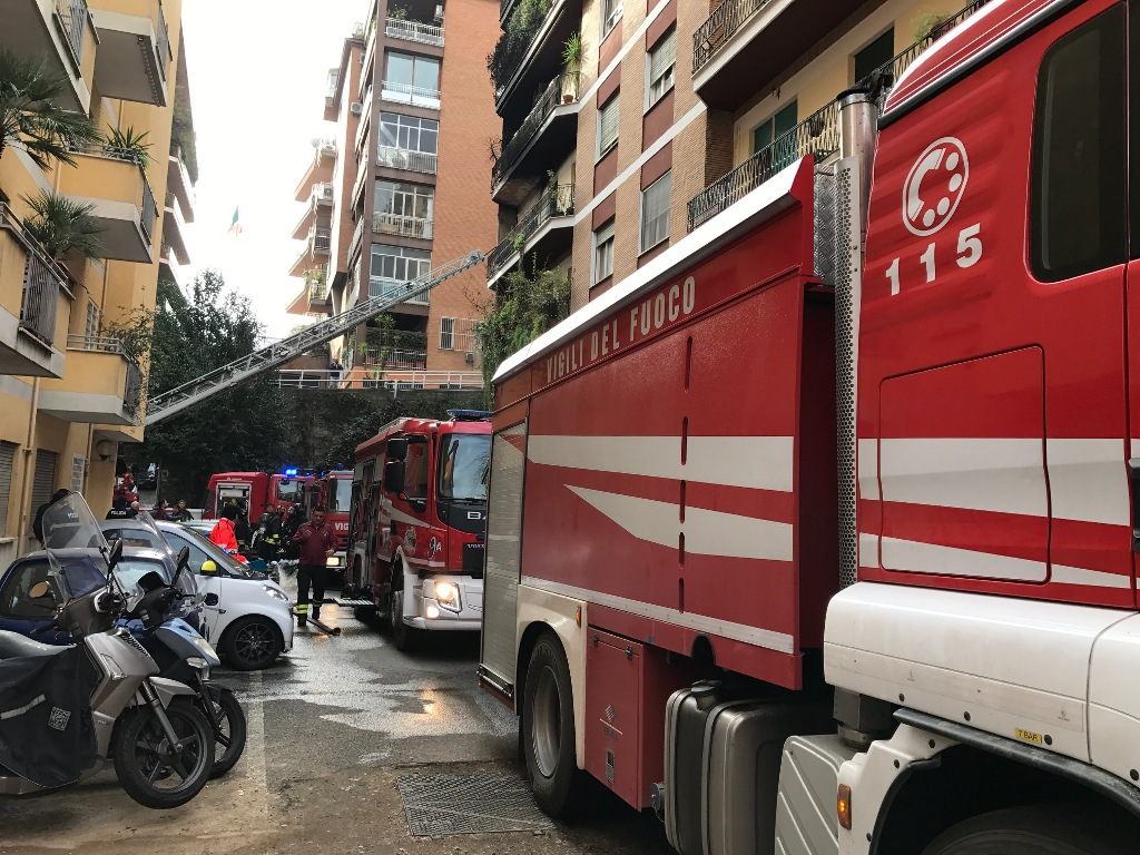 Roma, bus in fiamme: salvi i passeggeri