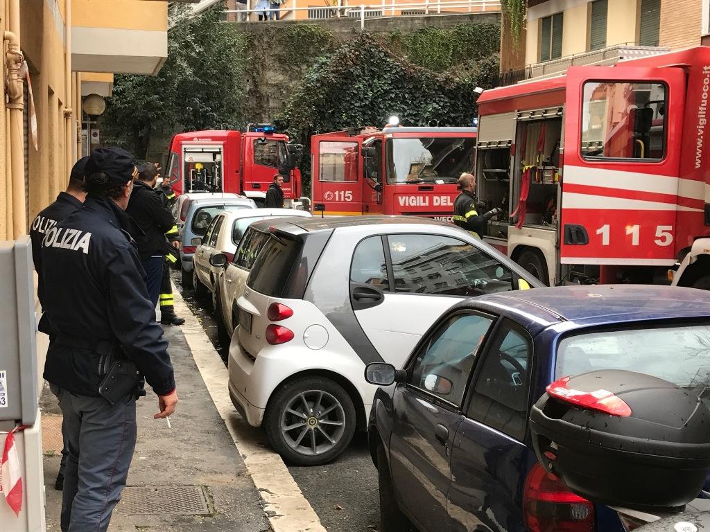 Incendio alla Farnesina, in fiamme appartamento: salvato anziano malato