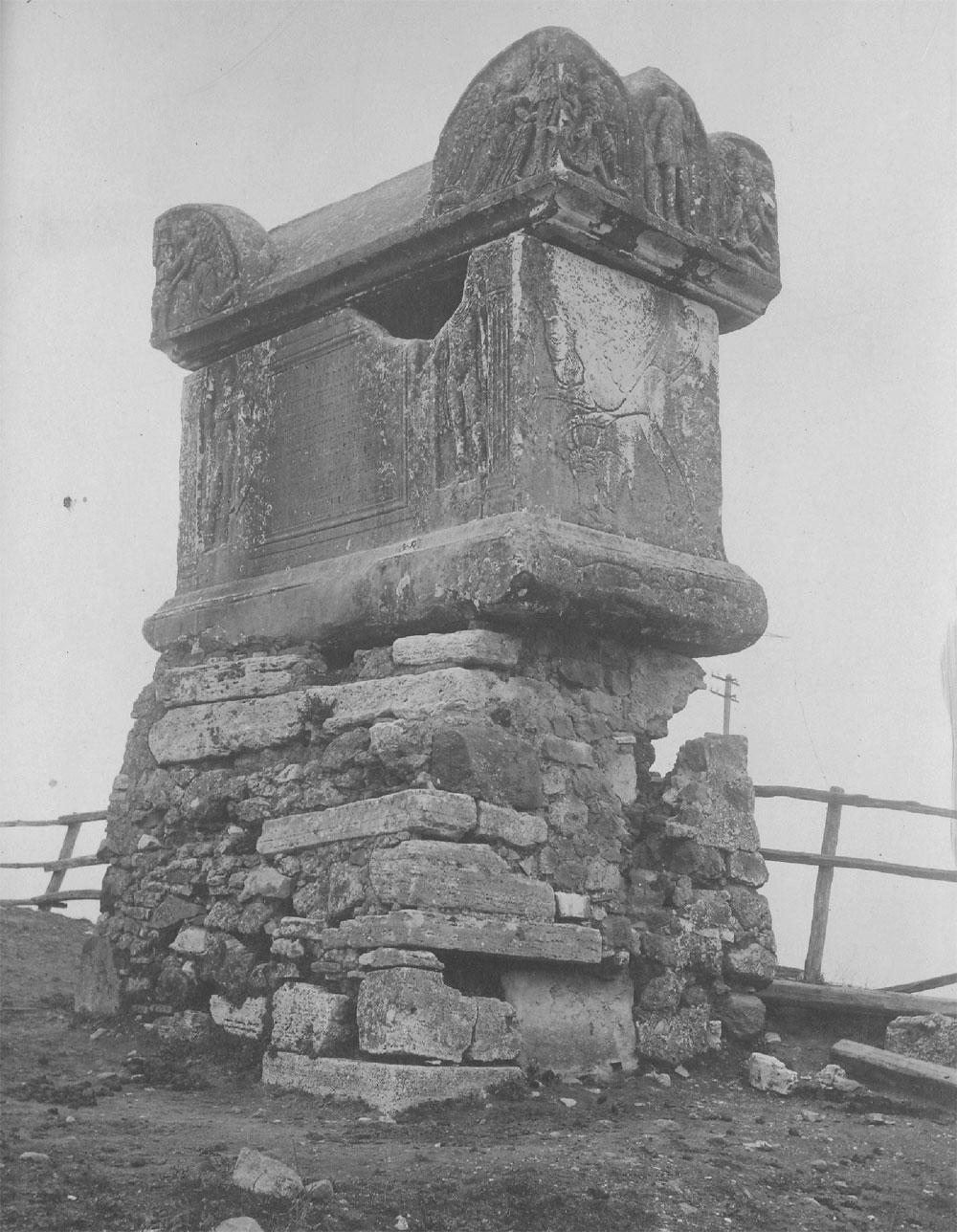 Tomba di Vibio Mariano. Foto primi anni del 900.