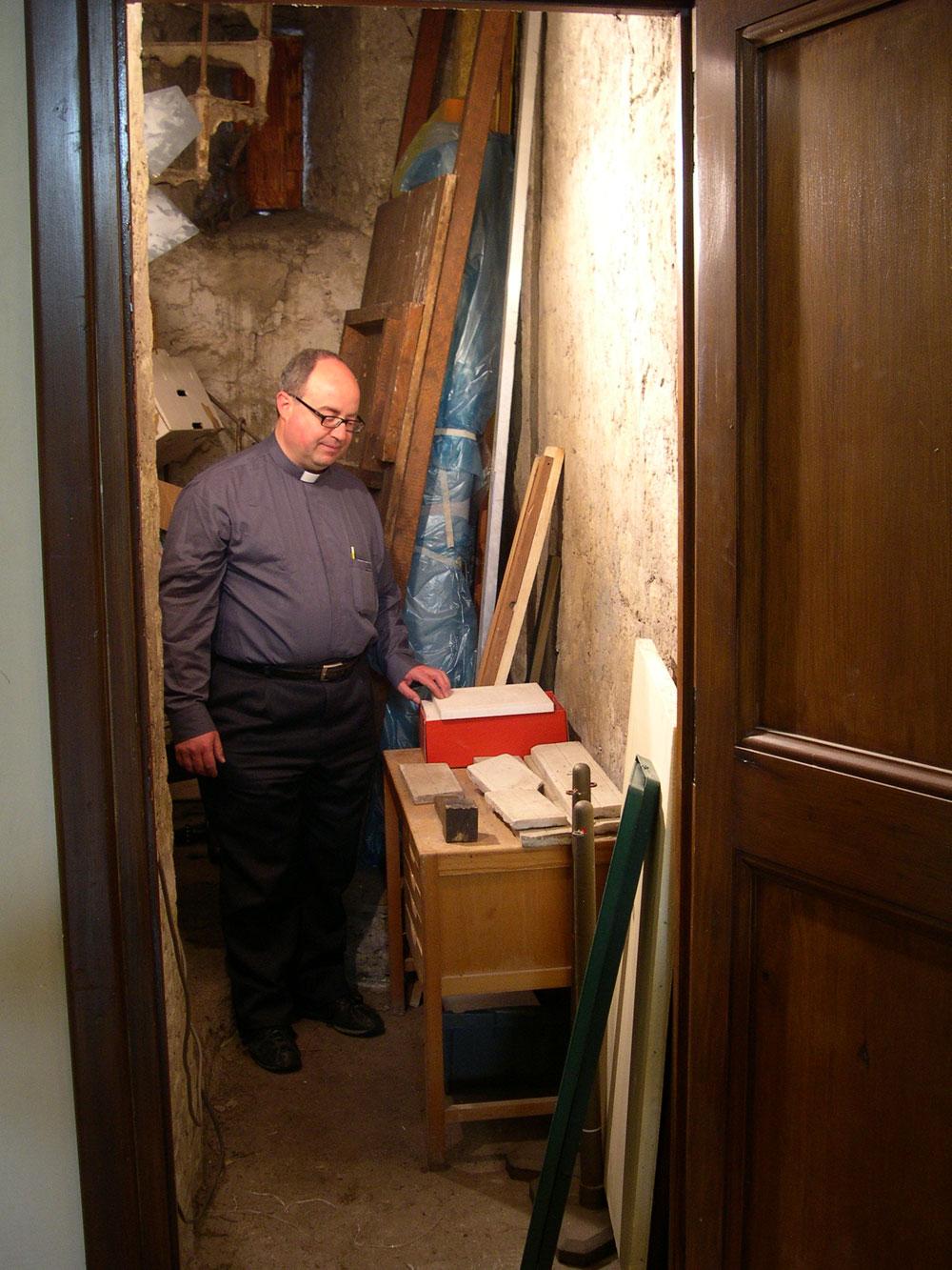 Padre Don Luigi e i frammenti della meridiana ritrovata