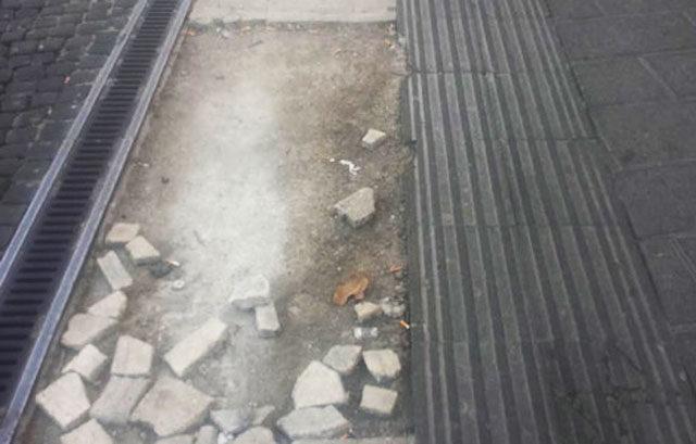 Bordo piattaforma linea bianca e avvertimento tattile superficie