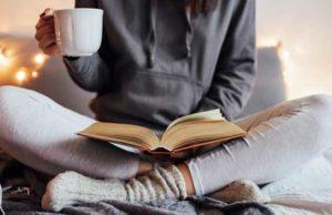 leggere-libro-a-casa
