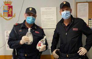 poliziotti con falso igienizzante mani